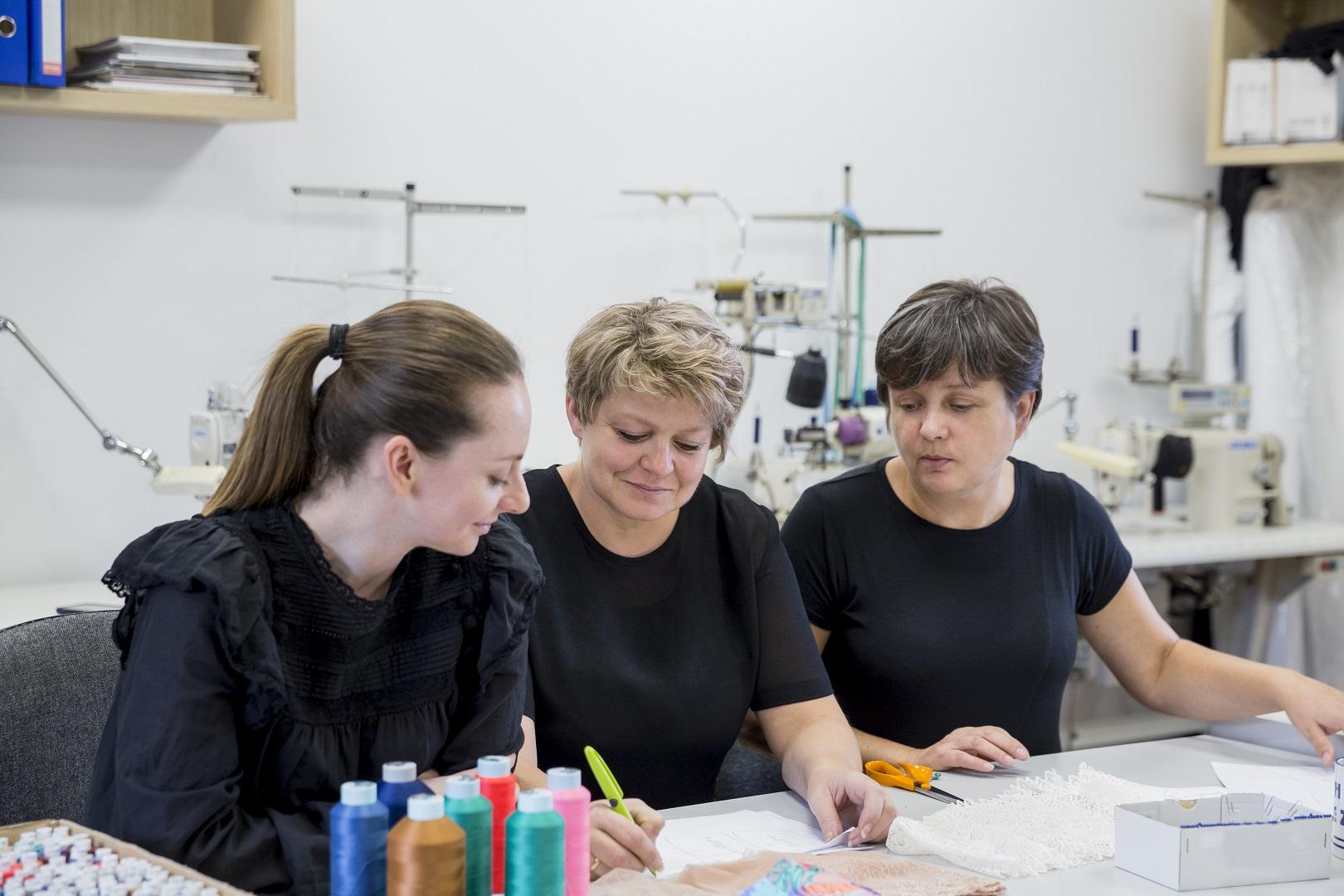 Nasza projektantka, Maja Madej, konsultuje nowe rozwiązania ze specjalistkami od brafittingu i konstrukcji bielizny.