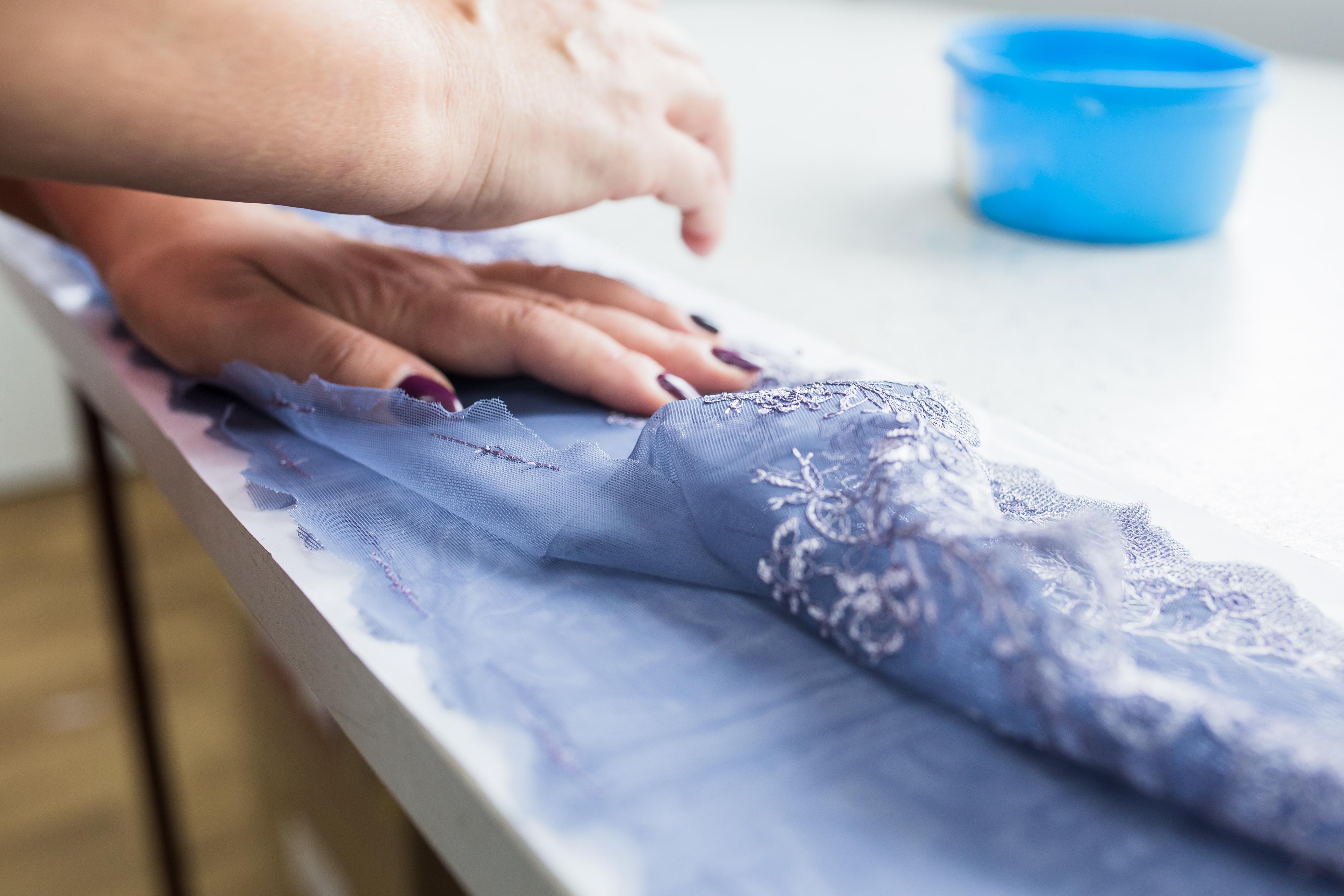 Krojenie haftu to nie lada sztuka! Wzory z rozłożonego materiału powinny być widoczne w gotowym wyrobie.
